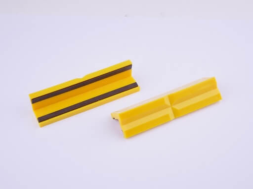 GSR protective plastic jaws with prismatic profile and magnetic strip