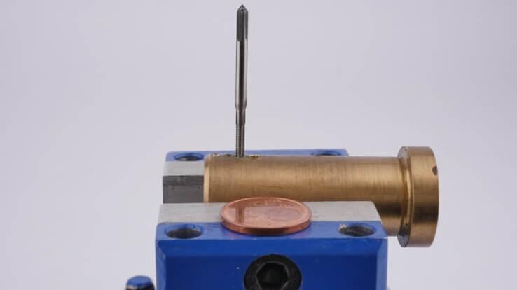 Miniatur-Gewindebohrer: Gewindeschneider im Vergleich zu einem 1 Cent Stück