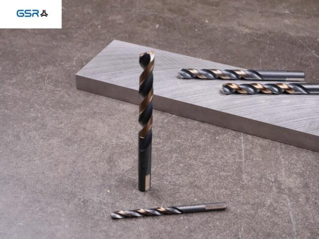 GSR PowerSpike Metallbohrer für : Metallstück und Übersicht aller Größen auf der Arbeitsplatte