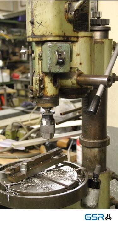 olivegrüne Ständerbohrmaschine in der GSR Gustav Stursberg Werkstatt mit Bohrfutteraufnahme und eingespannten Senker